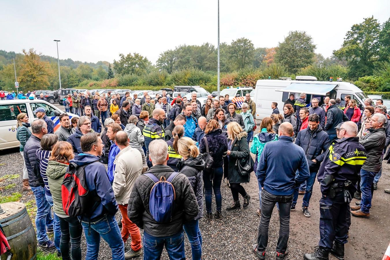 Vrijwilligers verzamelen zich bij het Pannenkoeckershuys in Den Hout.