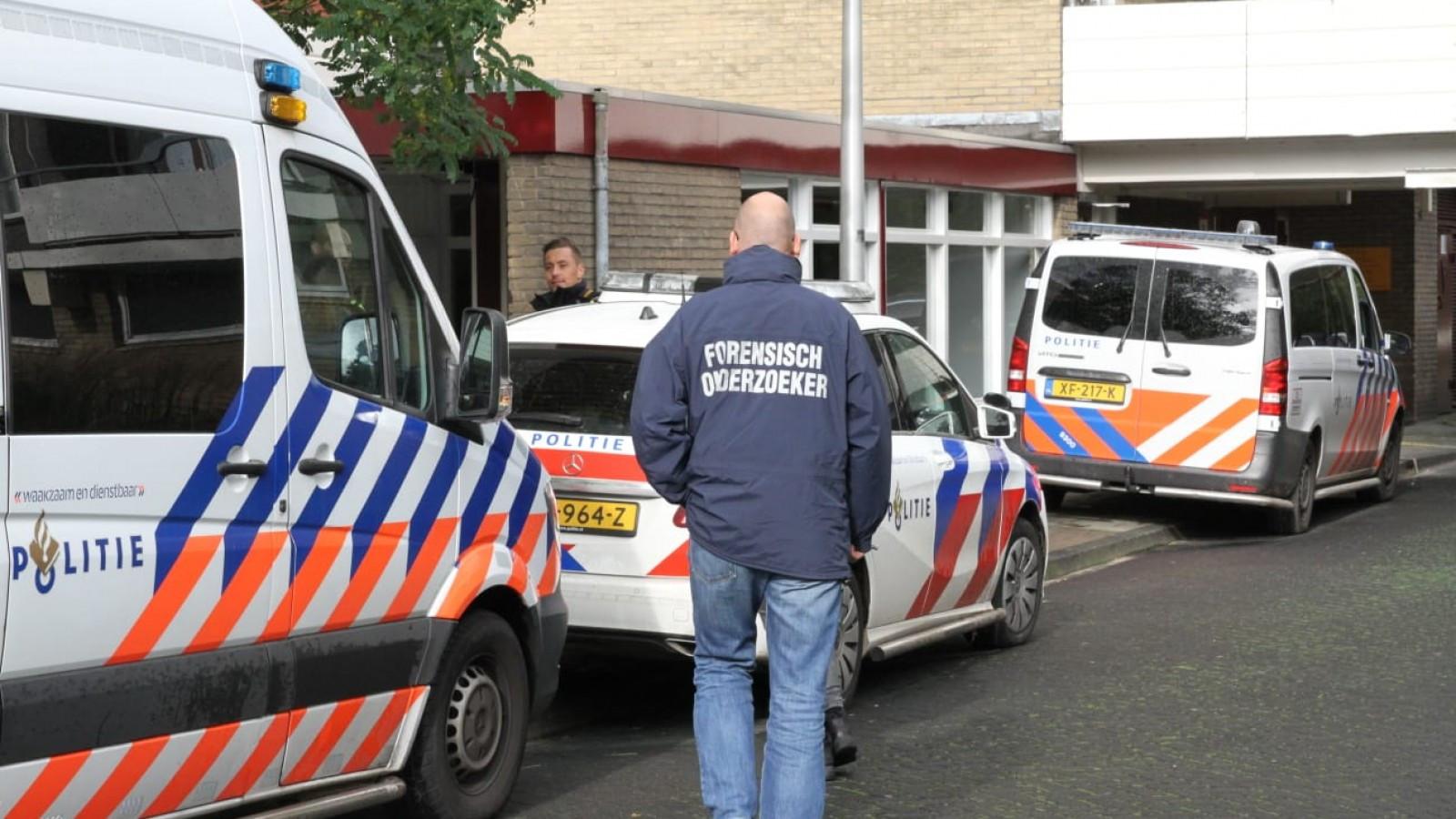 De politie doet onderzoek naar de dood van een moeder en een pasgeboren baby in een woning aan de Martin Luther Kinglaan in Diemen.