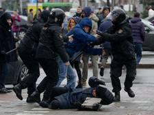 Politie pakt honderden mensen op bij protesten in Minsk
