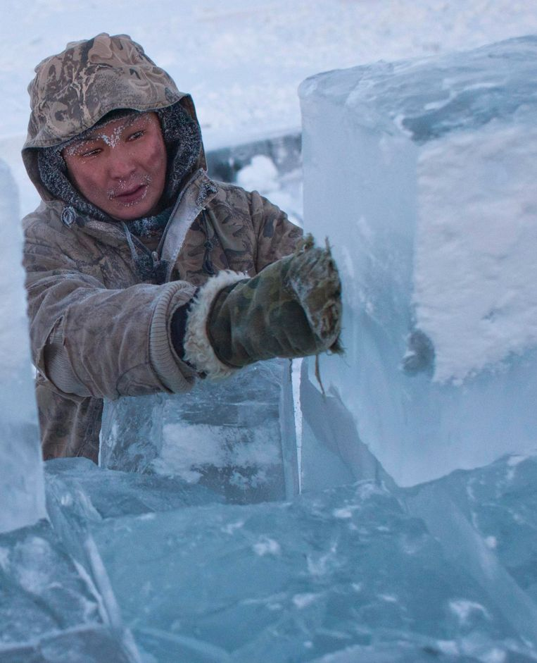 Aan ijsblokken geen tekort in het dorp.