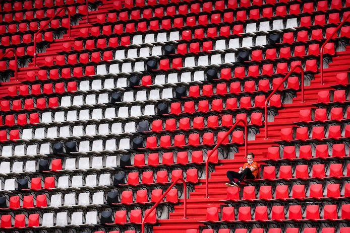 Het duel tussen FC Twente en Excelsior'31 is verboden voor publiek. Ook deze eenzame toeschouwer is dan niet welkom.
