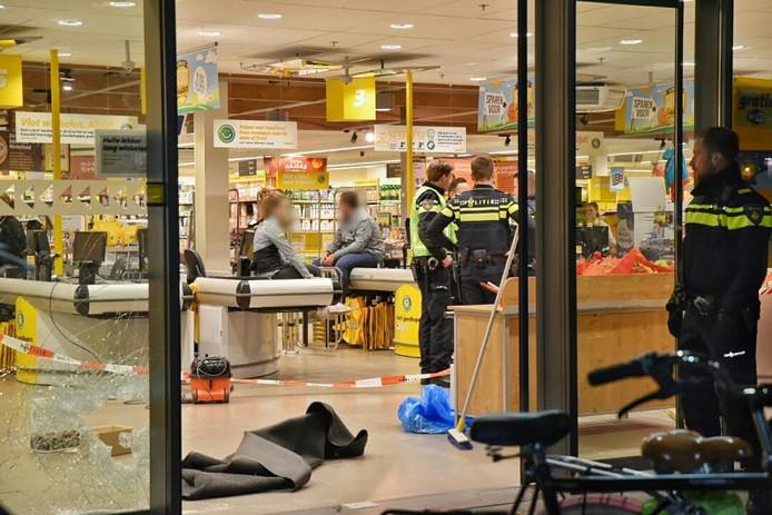 De geforceerde toegangsdeur bij de overvallen supermarkt.