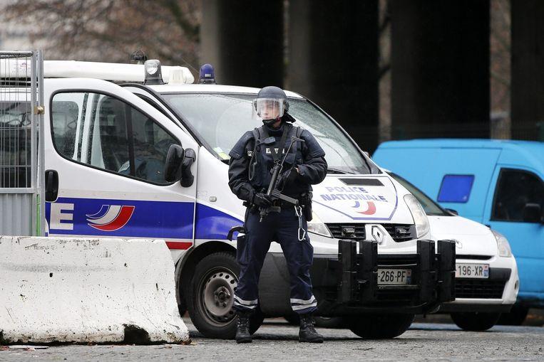 Een politieagent die deelneemt aan de klopjacht op de verdachten in de zaak-Charlie Hebdo. Beeld epa