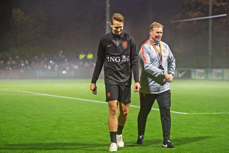 Ronald Koeman met Luuk de Jong na afloop training voor de twee interlands tegen Frankrijk en Duitsland. Beeld Guus Dubbelman / de Volkskrant