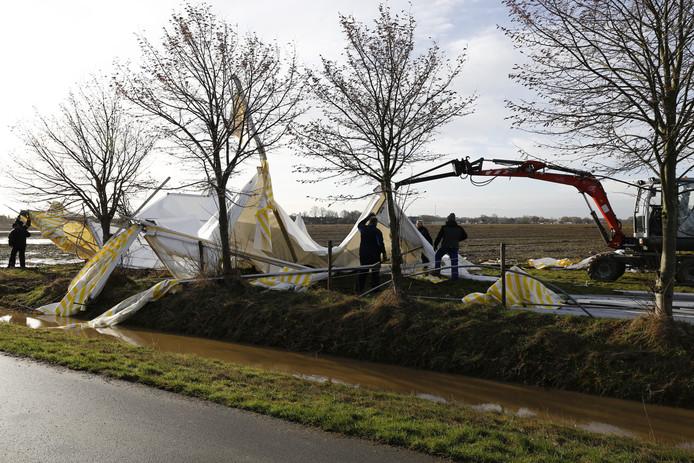 De tent voor de Metworstrennen Boxmeer 2017 is weggewaaid.