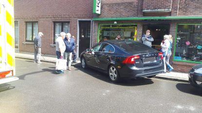 Vrouw neemt bocht te ruim en botst met haar wagen tegen gevel van winkel