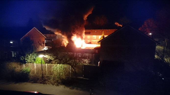 Veel rookontwikkeling bij een brand in schuurtjes in Gemert.