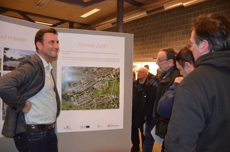 Schepen Wouter Vande Winkel geeft uitleg aan enkele geïnteresseerden tijdens de voorstelling van het Frames-project in De Kuip.