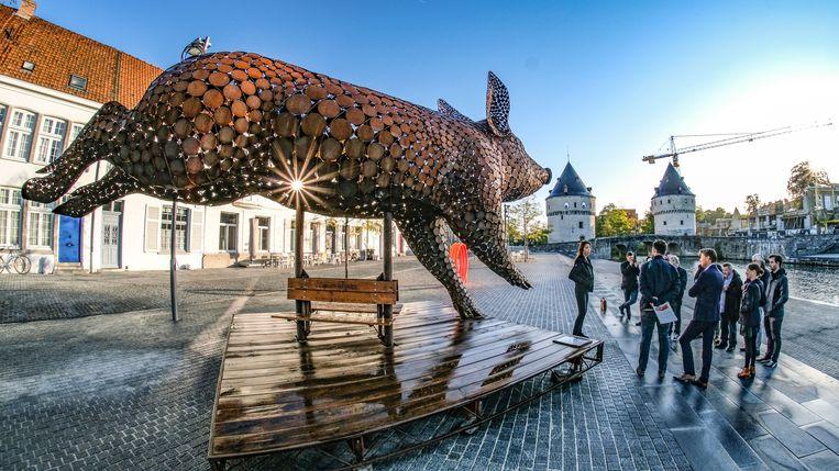 De sculptuur (7 meter lang, 4 meter hoog en 4 meter breed) werd donderdagvoormiddag voorgesteld, op de Broelkaai.
