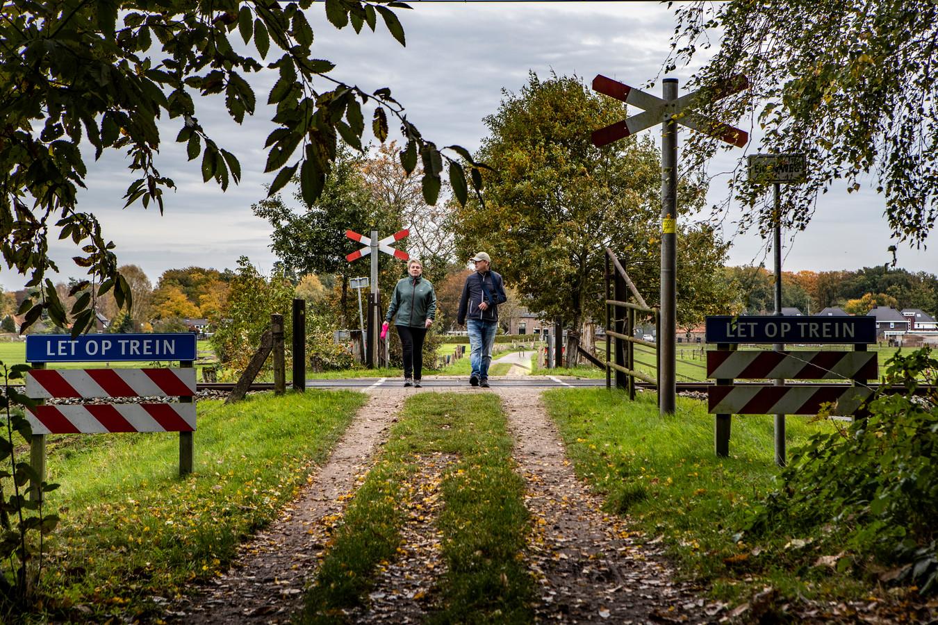 Wandelaars Sylvia Dorenbosch en Dirk Wolf bij een van de twee Diepenveense overwegen.
