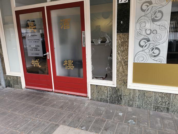 Het glas is kapot bij restaurant de Chinese Muur in Wageningen