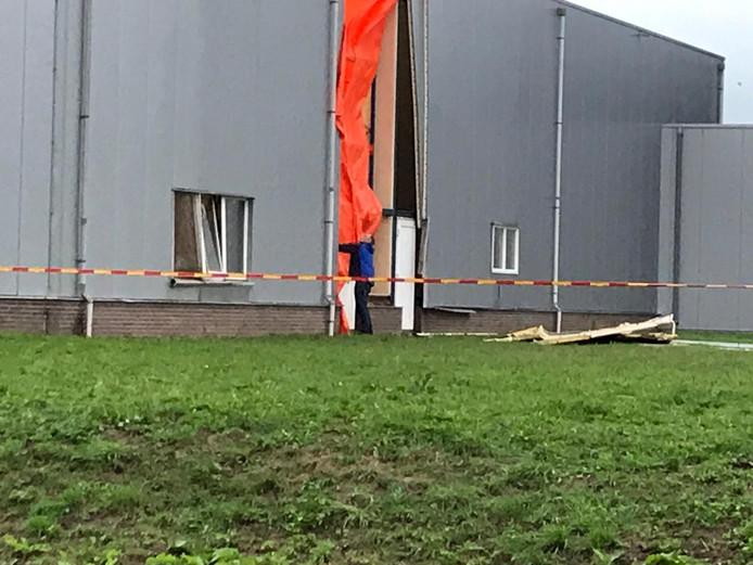 Het bedrijf is bezig met herstelwerkzaamheden enkele uren na de explosie.