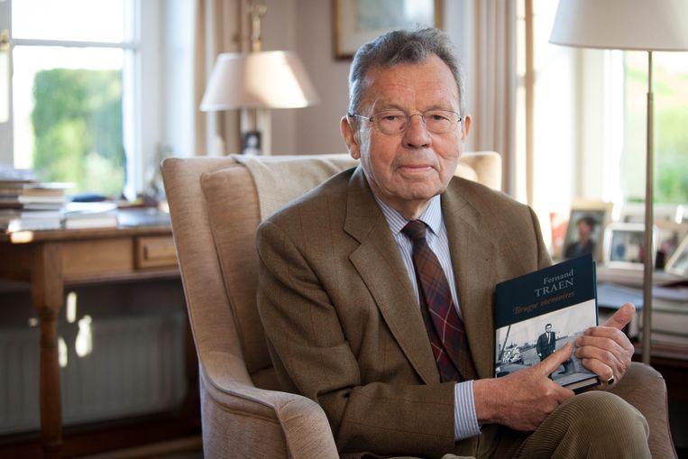 Fernand Traen met zijn 'Brugse memoires'.