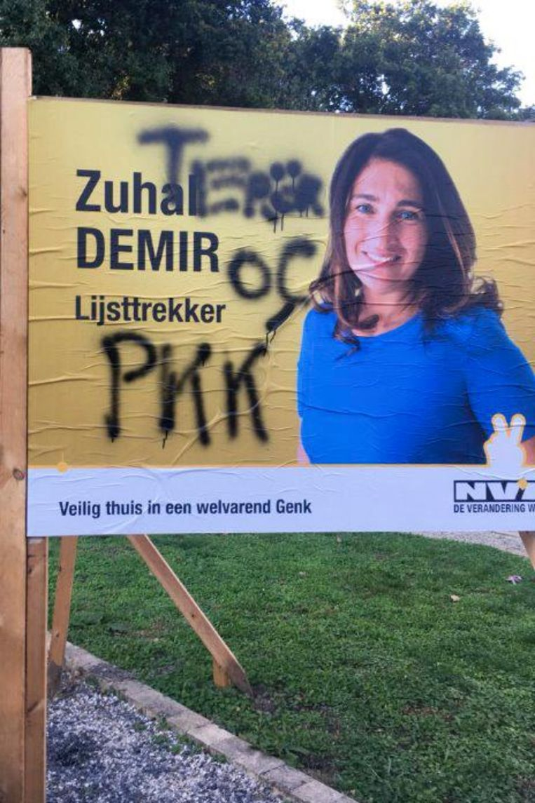 Overal in Genk werden verkiezingsborden van Zuhal Demir besmeurd.