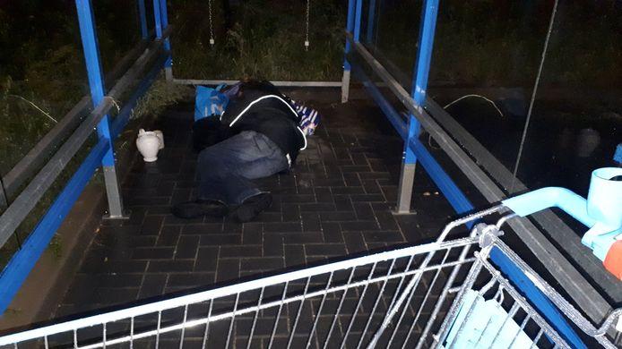 Wijkagent Hans Zweers zocht tevergeefs naar een opvangplek voor een zwerver die schuilt onder een afdak voor winkelwagentjes bij de Albert Heijn aan de Groenestraat in Nijmegen.