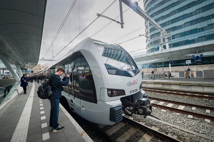 Een treinstel  van Abellio op het station in Arnhem, klaar voor de rit naar Düsseldorf. Per 1 juli wordt het nieuwe station in Elten aangedaan.