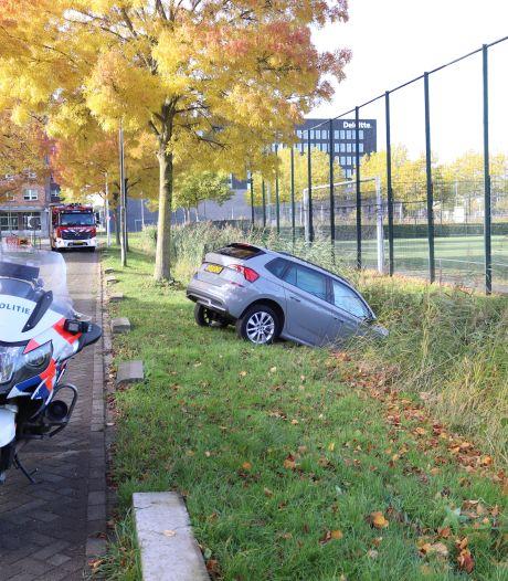 Auto belandt in de sloot langs Tirionlaan in Utrecht