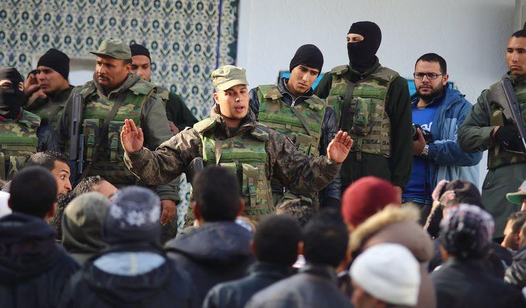 De politie in Kasserine probeert demonstranten op afstand te houden. Beeld reuters