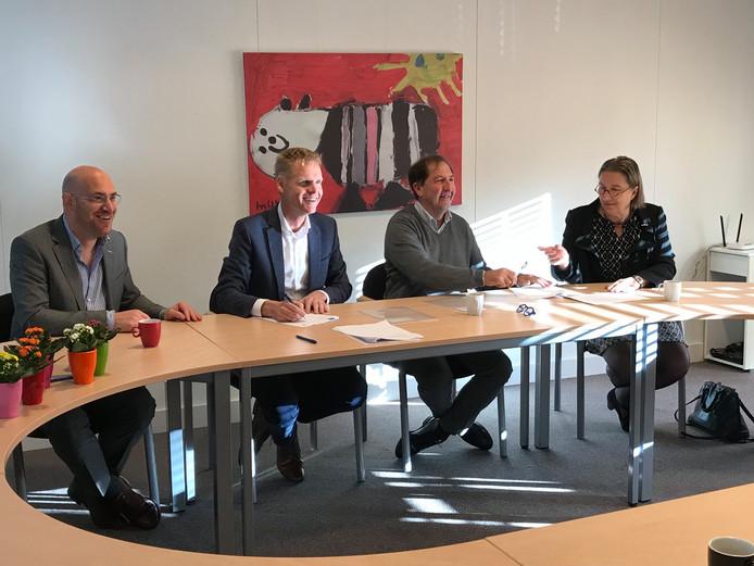 Ton Reijnen (linksmidden) van onderwijsinstelling Sint-Christoffel en Bram van Ek (rechtsmidden) van Leijestroom zetten in op een fusie per 1 januari 2019.