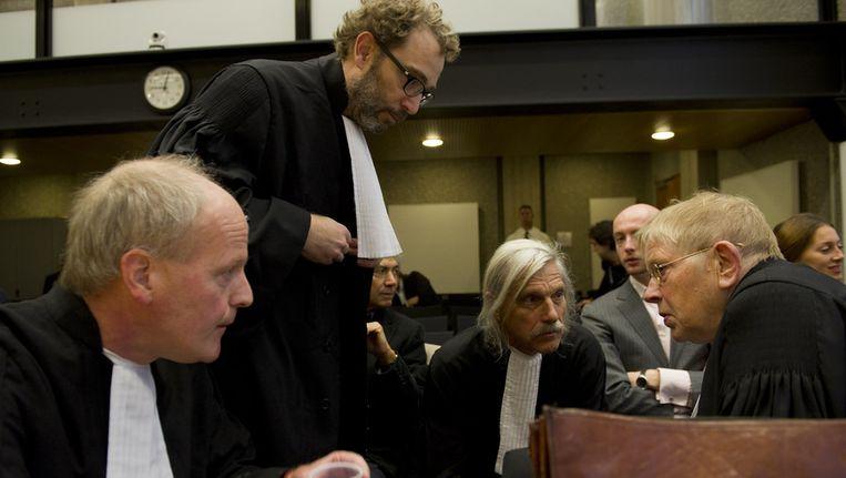 De advocaten van de benadeelde partijen overleggen bij aanvang van het proces tegen Geert Wilders. VLNR: mr. Henry Sarolea, mr. Michiel Pestman, mr. Nico Steijnen en mr. Ties Prakken. © ANP Beeld null