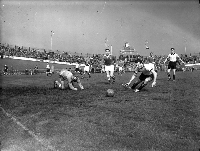DOS in september 1957, thuis tegen GVAV uit Groningen.