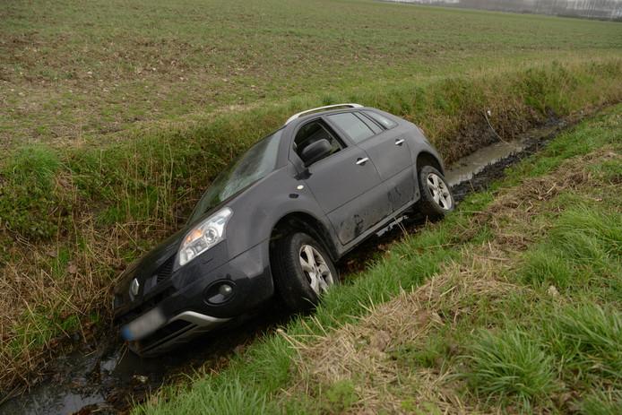 De auto kwam in de sloot tot stilstand.