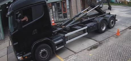 Metaaldieven met truck nemen op klaarlichte dag containers vol metaal mee