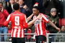 Steven Bergwijn (rechts) viert zijn goal tegen Heerenveen, linkst Donyell Malen.