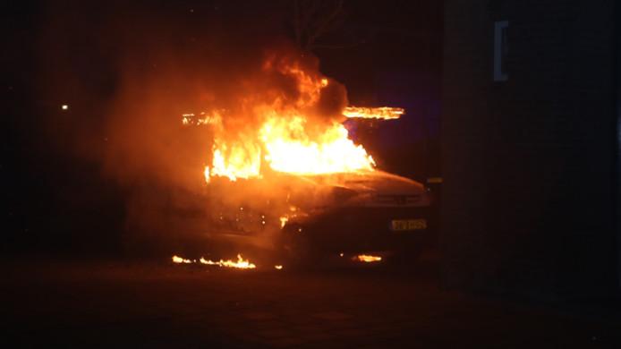 Autobrand bij meerdere auto's in Den Bosch.