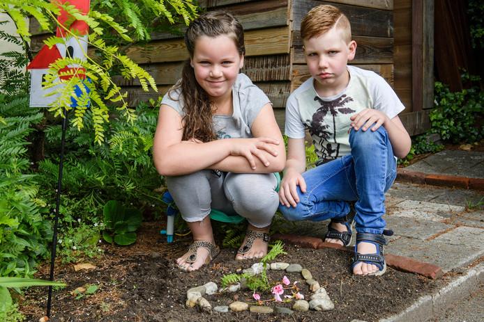 Lente (9) en Tijn (6) bij het graf van Guus in de tuin