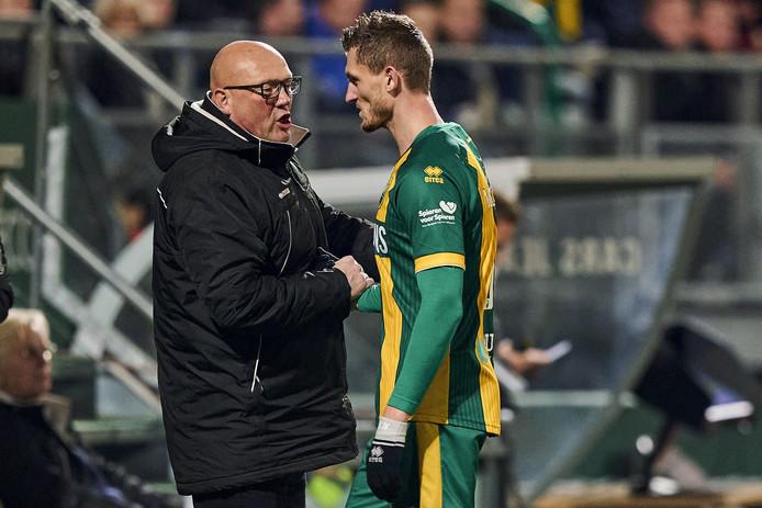 Dirk Heesen tijdens de wedstrijd tegen FC Twente in gesprek met aanvaller Tomas Necid. De trainer hamert in eerste instantie op verdedigen, pas daarna komt het aandeel van de spits.