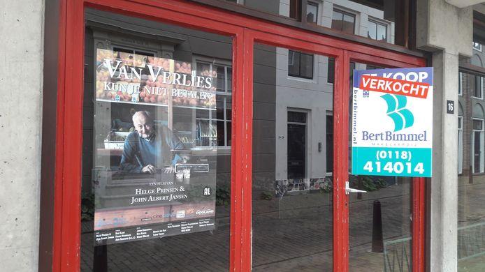 De poster van de film 'Van verlies kun je niet betalen' hangt nog steeds in de etalage van de voormalige groentezaak.