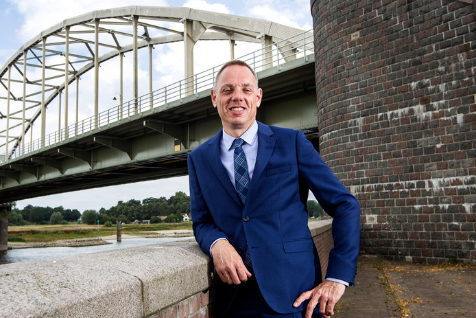 Ron König, waarnemend burgemeester van Deventer, vermoedt dat geheime informatie is gelekt naar de pers. Hij doet aangifte.