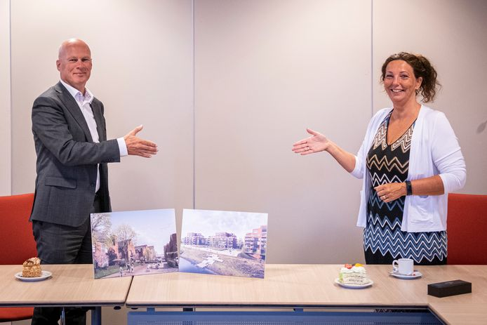 Onlangs ondertekenden wethouder Trudy Baggerman en algemeen directeur René Biesheuvel van de Gebroeders Blokland, op 1,5 meter afstand, de samenwerkingsovereenkomst voor nieuwbouwproject De IJzergieterij. Blokland is ook betrokken bij bouwplan De Rokerij.