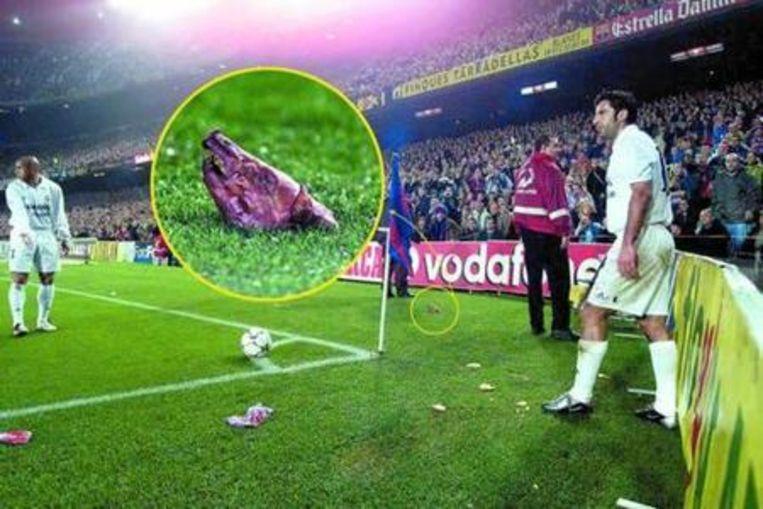 De afgehakte varkenskop die Figo vanuit een vak Barcelonafans naar zich kreeg gesmeten.