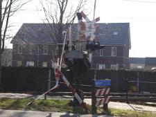 Auto rijdt spoorbomen van overgang in Wierden kapot