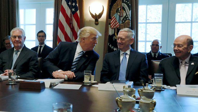 Trump in overleg met zijn Minister van Defensie James Mattis Beeld reuters