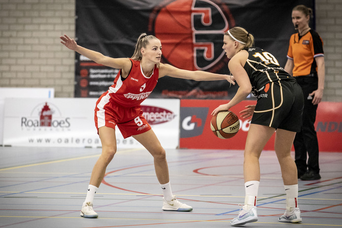Anke Rikhof staat klaar om Renee Hoveling van Cangeroes te verdedigen.