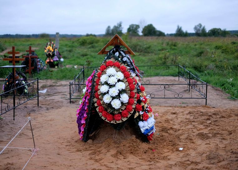 Een nieuw graf niet ver van de Russische militaire basis in Pskov. Sommige omwonenden geloven dat hier Russische soldaten zijn begraven die zijn omgekomen in Oekraïne. Beeld reuters
