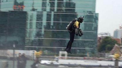 Is dit de manier om files te vermijden? Man vliegt rond in Bangkok met 'jet suit'