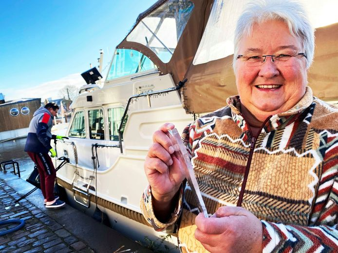 Claudia Gröner laat de dikte van het ijs zien dat rond haar boot lag. Haar man Klaus maakt de 'Jeanne d'Arc' vast op zijn nieuwe ligplaats.
