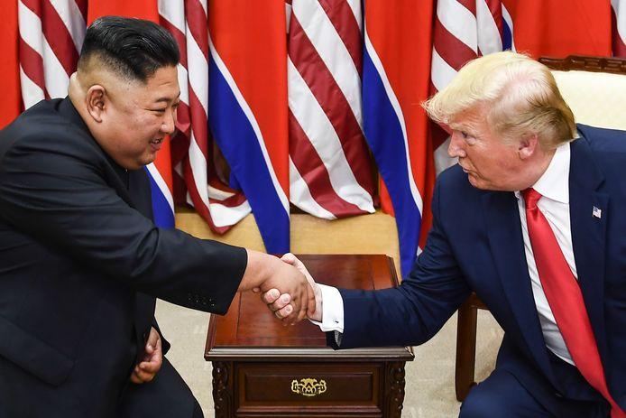 Donald Trump en Kim Jong-un laten de wereld weten dat zij het goed met elkaar kunnen vinden ondanks de vastgelopen besprekingen over een kernwapenvrij Koreaanse schiereiland. Foto Brendan Smialowski / AFP)