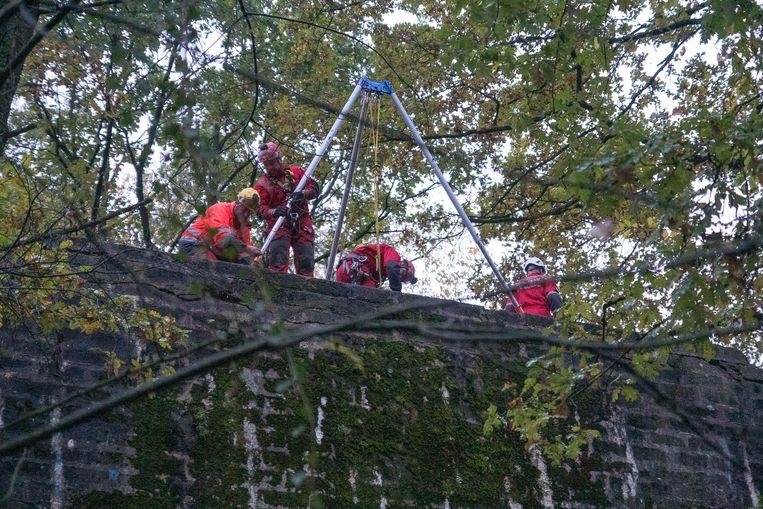 Het klimteam zette daarna een systeem op met katrollen en touwen om het slachtoffer weg te halen.