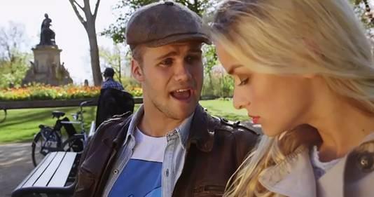 ",,Praat Amsterdams met me. Praat de taal van Mokum met me"", zingt Jesper alias Kenny B."