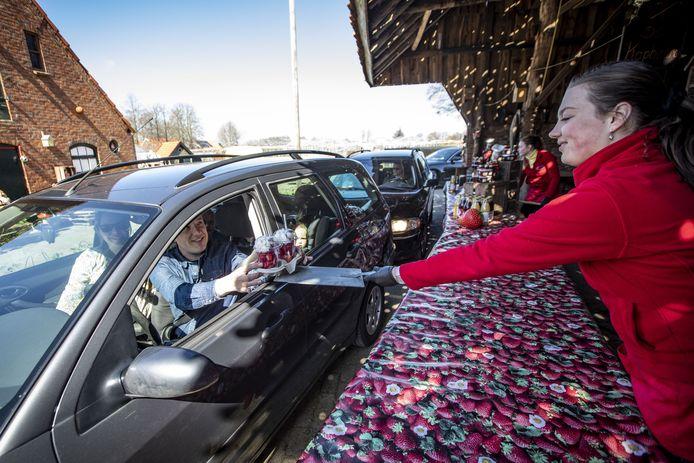 De drive-in van de Manderveense Aardbei ging zaterdag rond het middaguur open en het was meteen druk.