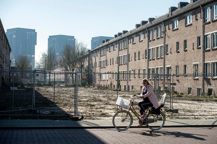 De karakteristieke flatblokken in wijk Heuvel van toenmalige architect Peutz gaan tegen de vlakte. Op de achtergrond de Talmazone met de hoogbouw van de Sculpturen.