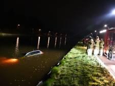 Oeps! Auto staat niet op handrem en belandt in het water in Daarlerveen