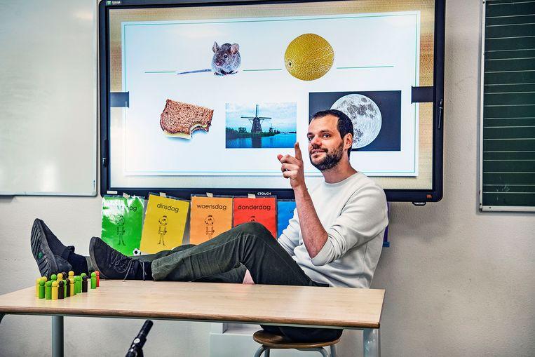 Wessel van Oostveen geeft online les aan groep 1 en 2 op 'de kleine Nicolaas'.  Beeld  Guus Dubbelman / de Volkskrant