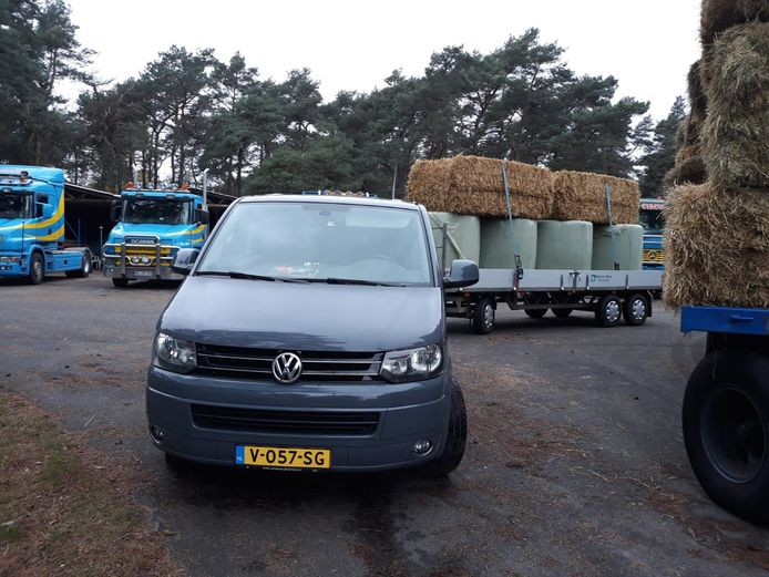 Boeren uit Overijssel schieten Circus Renz International te hulp na een noodkreet op Facebook dat het voedsel voor de circusdieren bijna op is.