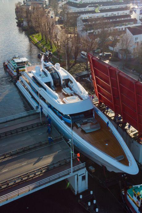 Gigantisch jacht vaart door Alphense wateren voor een proefvaart op de Noordzee